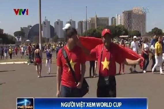 Anh Trần Khang Ninh và bác Trần Ngọc Thanh hào hứng tới sân vận động.