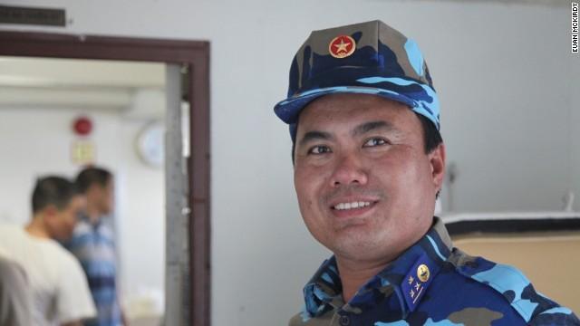 Thượng úy Bùi Văn Sơn trên tàu cảnh sát biển Việt Nam 8003.