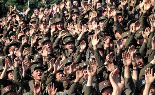 Các binh sĩ vẫy tay chào nhà lãnh đạo Triều Tiên Kim Jong Un trong chuyến thị sát của ông tới đảo Ung.