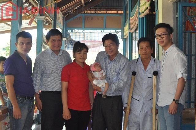 Mới đây Ban biên tập báo điện tử Gia đình Việt Nam và tập đoàn Focus Travel xuống thăm, trao quà cho Quốc Huy và gia đình