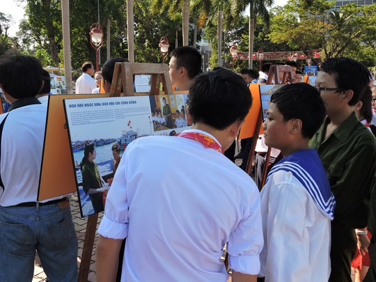 """Hình tại Triển Lãm """"Hoàng Sa - Trường Sa, biển đảo Việt Nam"""" của nhiếp ảnh gia Nguyễn Á."""