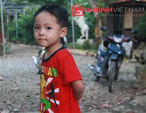 Cháu Nguyễn Hữu Đức, 3 tuổi, bẽn lẽn khi thấy khách đến chơi (Ảnh: Xuân Hải)