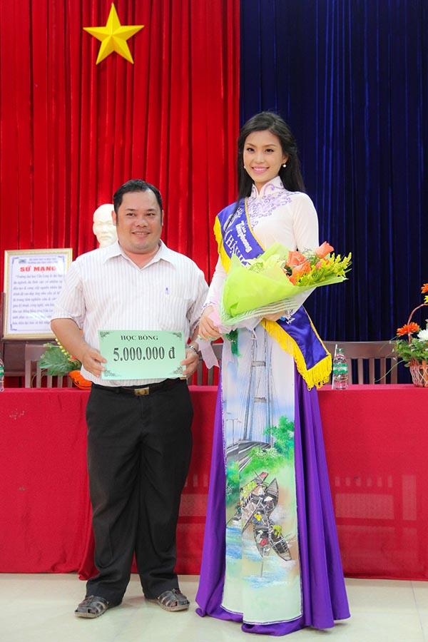 Tại buổi giao lưu, Diễm Trang trao tặng số tiền 5 triệu đồng cho quỹ học bổng của nhà trường.