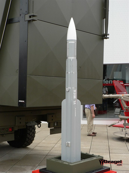 Tốc độ được cung cấp bởi động cơ nguyên liệu rắn giúp MICA đạt vận tốc Mach 3, tầm bắn tối đa là 20km với độ cao tối đa 9km, tốc độ bắn giữa hai loạt cách nhau chỉ 2 giây.