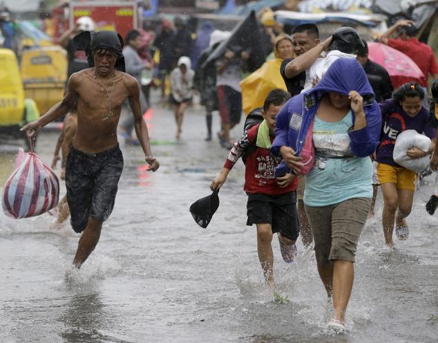 Bão Rammasun  đổ bộ vào bờ biển ở thành phố Calbayog.