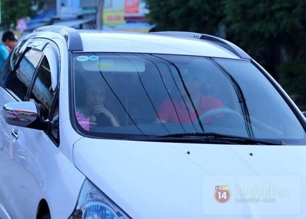 Thủy Tiên liên tục che mặt khi rời khỏi nhà ở Kiên Giang 7