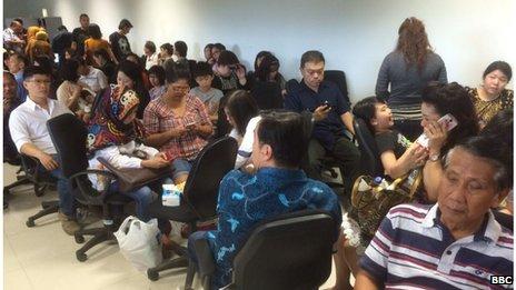 Gia quyến những hành khách có mặt trên chuyến bay QZ8501 lo lắng chờ đợi ở khu vực tập trung tại sân bay Juanda, Surabaya, Indonesia.