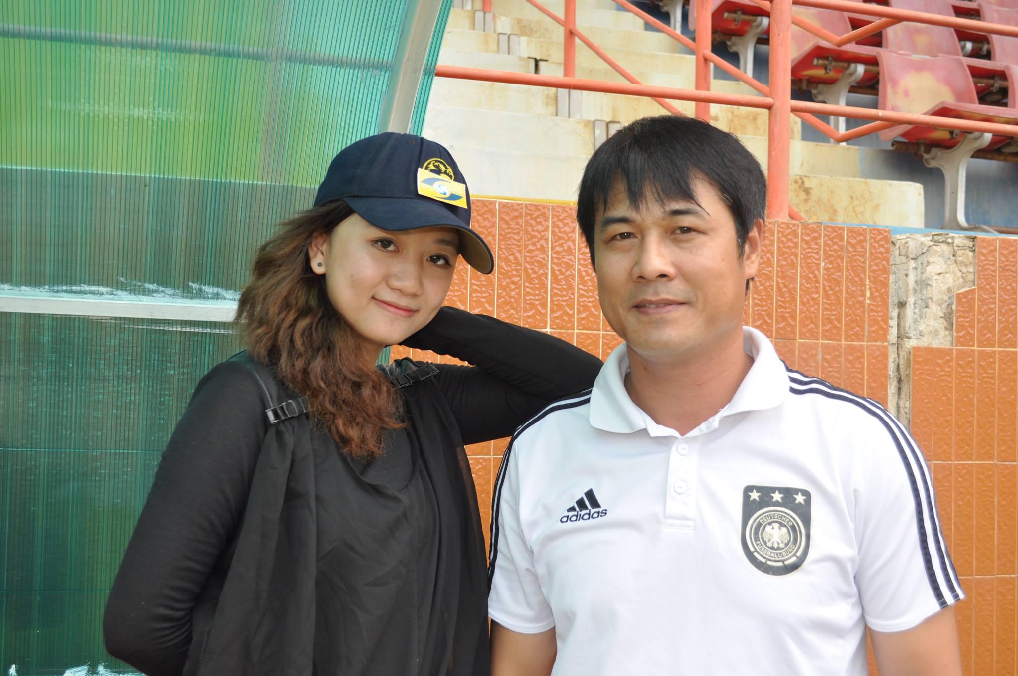Quỳnh Châu chụp hình với HLV Hữu Thắng