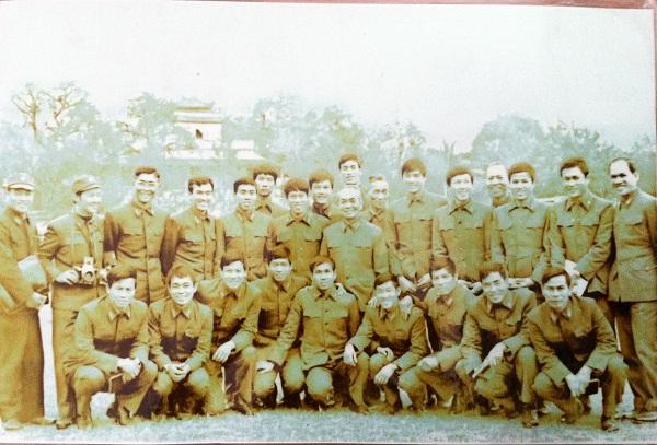 Ba Đẻn (giữa, ngồi bên trái ngay dưới Đại tướng Võ Nguyên Giáp (giữa ảnh)) rất khỏe khoắn trong bộ quân phục