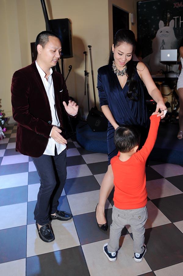 Thu Minh vui vẻ đùa nghịch với con nhạc sĩ Nguyễn Hải Phong trong buổi tiệc.