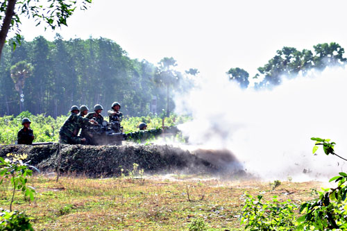 Một khẩu đội pháo phòng không 2 nòng 37mm dũng mãnh khạc đạn.
