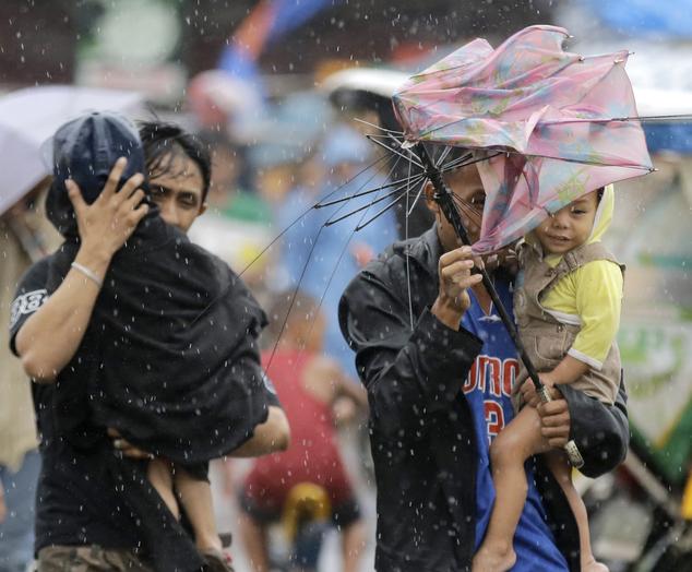 Người dân tại khu ổ chuột Baseco ở Manila khẩn trương đi sơ tán.
