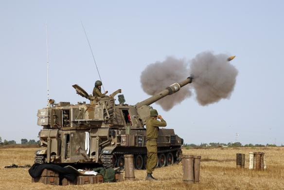 Một đơn vị pháo di động của quân đội Israel phóng đạn pháo nhằm vào thành phố Gaza của người Palestine.