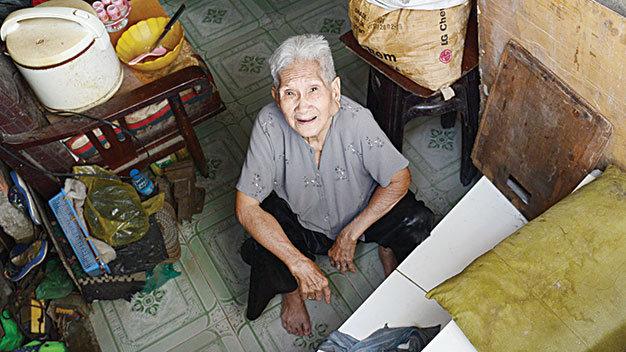 Bà Nguyễn Thị Tý (78 tuổi, 1007/3 Lò Gốm, Q.6, TP.HCM) rất ít khi ra khỏi nhà vì phải leo lên rất khó khăn