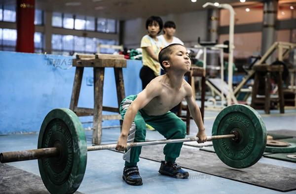 Cận cảnh cuộc sống cơ cực của trẻ em làng cử tạ Trung Quốc 8