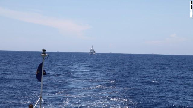 Một hình ảnh khác cho thấy tàu Hải Cảnh của Trung Quốc đang theo sau tàu Cảnh Sát Biển Việt Nam 8003 ở khoảng cách thận trọng.