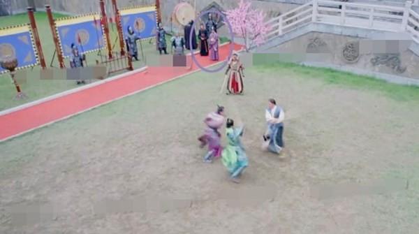 Trong cảnh quay Lý Thế Dân (Trương Phong Nghị) đấu võ với các con trai, có hai thái giám đứng trên phần thảm đỏ.