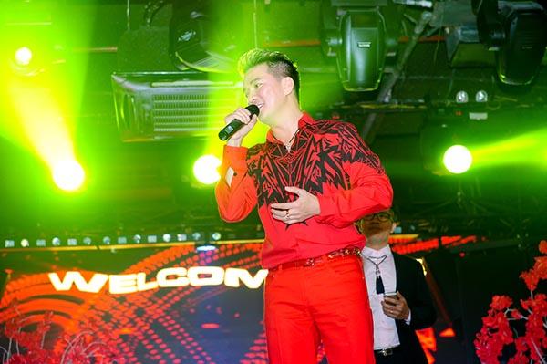 Ngay sau đó, Mr Đàm xuất hiện trên sân khấu biểu diễn những ca khúc sôi động để khuấy động không khí.