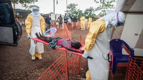 Thêm những hình ảnh chấn động từ tâm đại dịch Ebola 9