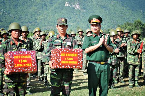 Lãnh đạo Bộ tư lệnh Quân khu 9 trao thưởng cho các đơn vị đạt thành tích bắn giỏi.
