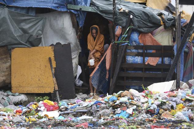 Một phụ nữ quyết định ở lại túp lều tạm của mình tại một khu ổ chuột ở ngoại ô thành phố Navotas.