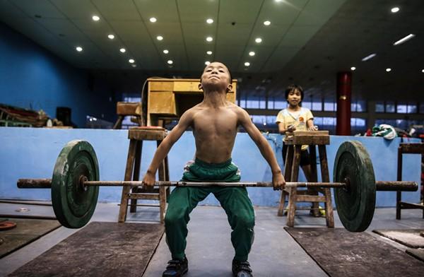 Cận cảnh cuộc sống cơ cực của trẻ em làng cử tạ Trung Quốc 9