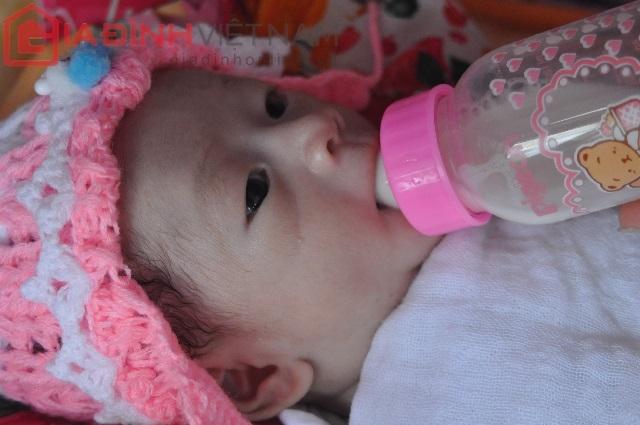 Hiện tại sau gần một tháng sau khi Quốc Huy bị văng ra khỏi bụng mẹ, bé có thể bú được 100 ml sữa/ lần
