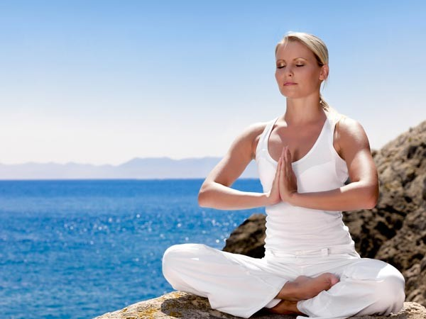 Thư giãn: Thường xuyên tập luyện các hình thức như yoga, thiền, hay cầu nguyện sẽ giúp bạn thư giãn đầu óc, đây là một trong những cách để thoát khỏi triệu chứng căng thẳng.