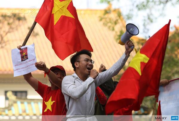 Mít tinh phản đối Trung Quốc tại Hà Nội, ảnh AFP
