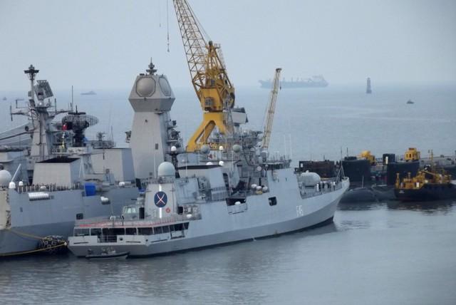 Hình ảnh chiếc tàu khu trục đầu tiên lớp Kolkta tại Mumbai