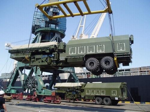 Giao hàng hệ thống radar 36D6-M cho Việt Nam tại cảng. Nguồn: Tuổi trẻ