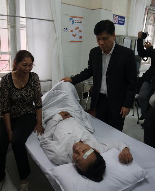 Thứ trưởng Bộ GTVT Nguyễn Ngọc Đông thăm ông Nguyễn Trọng Phong tại Bệnh viện Y học cổ truyền dân tộc