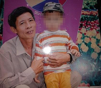 Ông Nguyễn Đức Tân (bên cháu nội của mình trong ảnh) vừa bị Công an tỉnh Thanh Hóa bắt giam - Ảnh chụp lại từ ảnh của gia đình ông Tân