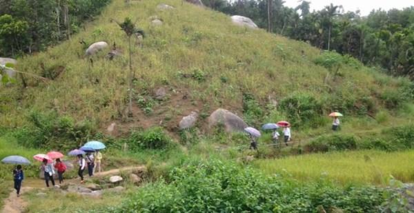 Trẻ em Kadong đến trường. Ảnh: L.Đ.Dũng.