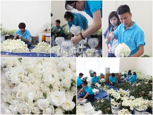 Với gam màu chủ đạo là trắng, toàn bộ hoa trang trí trong tiệc cưới cũng là hoa hồng trắng với số lượng hơn 50.000 bông được tuyển chọn từ nhiều đầu mối cung cấp hoa lớn từ Sài Gòn và Đà Lạt và nhập khẩu.