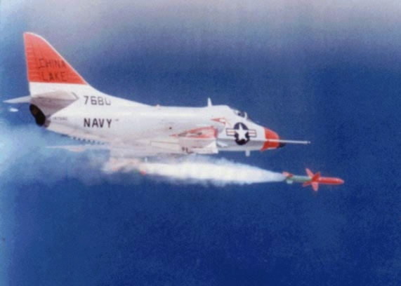 Tên lửa Shrike được bắn đi từ máy bay  A-4 Skyhawk