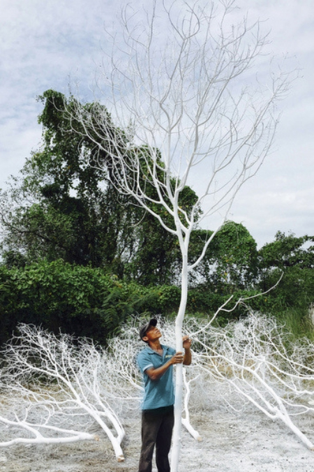 Cây xanh được phủ sơn trắng để dựng hình ảnh khu rừng mùa đông trong tiệc cưới.