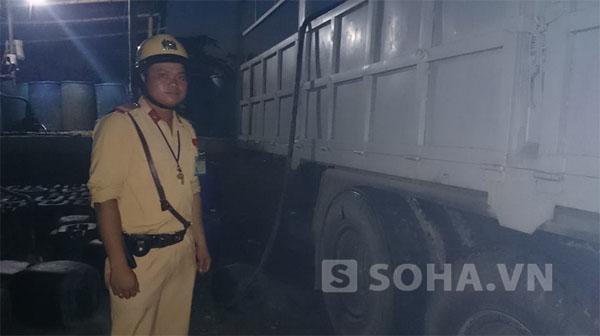 Chiếc xe ô tô tải (phía trong), nhiều chiếc téc chứa nhiều thùng đựng chất lỏng, nghi là axit.