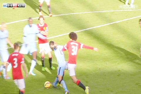 Nếu trọng tài bắt đúng, Man United đã bị thổi một quả phạt đền vì Fellaini phạm lỗi với Aguero