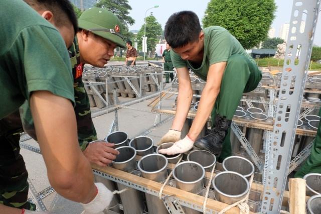 Các chiến sỹ của Bộ Tư lệnh thủ đô đang chuẩn bị các giàn pháo.