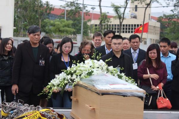 Gia đình đón di hài ba mẹ con nạn nhân vụ MH17.