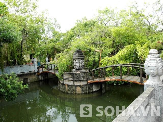 Ao cá, có chiếc cầu bắc ngang rất thơ mộng. Xung quanh ao có nhiều tượng nữ thần 4 mặt bằng đá, huyền bí. Dù giàu có, nhưng đại gia Trầm Bê vẫn giữ cho mình nét văn hóa Khơ-me truyền thống.