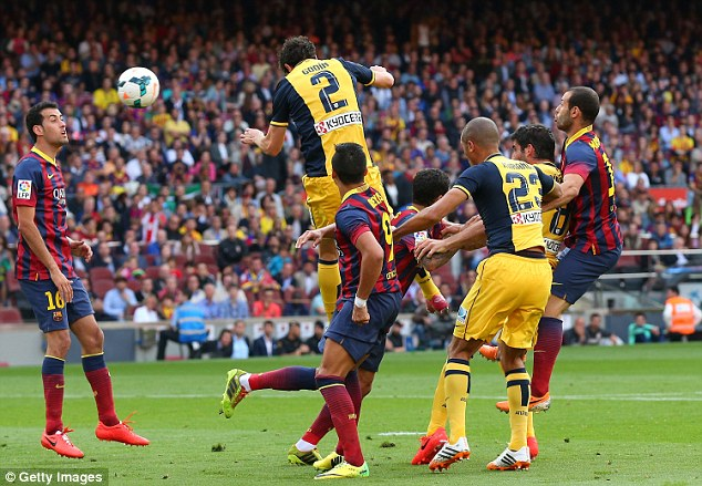Nhưng lại là số 2 Godin đánh đầu tung lưới Pinto, kết thúc giấc mơ của Barca.