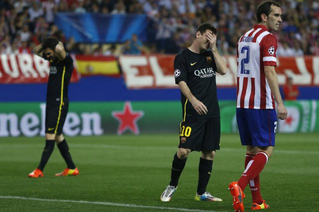 Nhưng rồi Messi cùng đồng đội bị Atletico loại ở Champions League. El Pulga bất lực trước số 2 Godin.