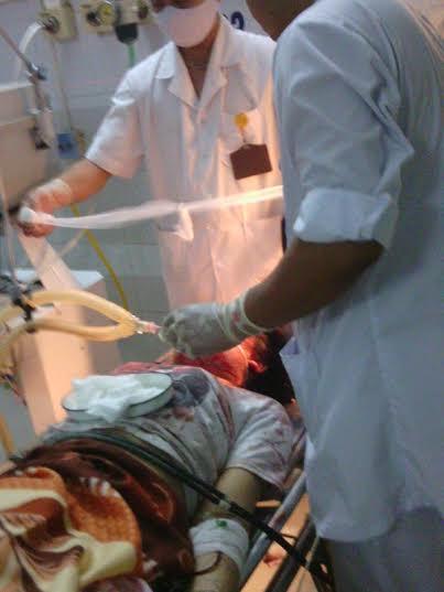 Các bác sĩ đang cấp cứu cho nạn nhân (ảnh: Người lao động)