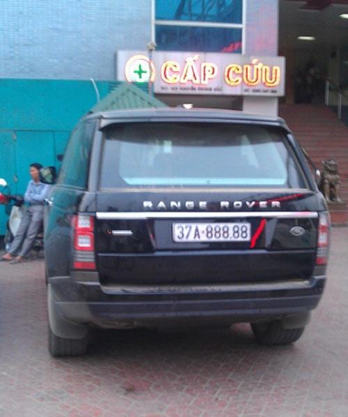 """Một đại gia ở Nghệ An cũng sắm siêu xe Range Rover với biển số khủng """"ngũ quý' 37A-88888. Đây là một trong những dòng xe được giới doanh nhân thành đạt ở xứ Nghệ ưa chuộng. Giá của chiếc xe này trên thị trường gần 4 tỷ đồng."""