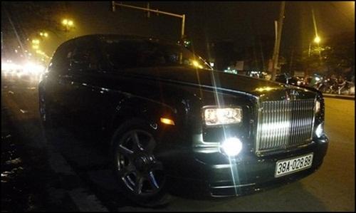 Đại gia buôn gỗ - Trần Quang Thạch đã bỏ ra số tiền khoảng 1,7 triệu USD, tương đương khoảng 35 tỷ đồng để sở hữu siêu xe Rolls-Royce Phantom Rồng thứ 4 tại Việt Nam cùng biển siêu khủng 38A-028.88.
