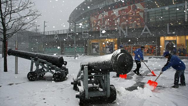 Người Anh vẫn cặm cụi dọn tuyết để tổ chức bóng đá vào cuối năm