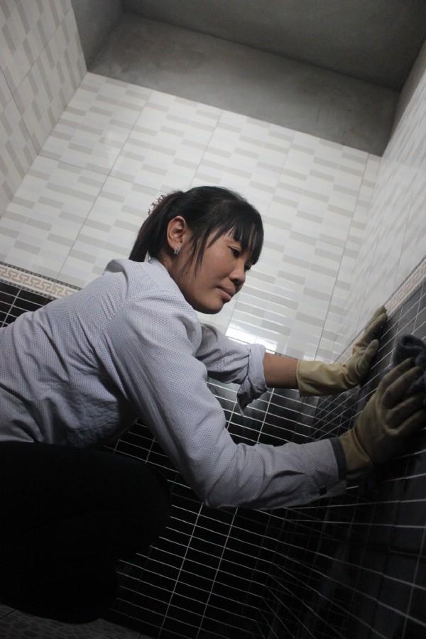 Công việc của cô Thảnh làm đủ việc để phụ thợ xây từ việc vận chuyển gạch, đảo vữa, lau gạch lát...