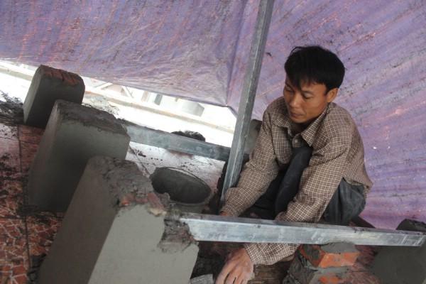 Chú Hòa (bố của Hoàn) lên thành phố làm phụ hồ để có tiền cho con ăn học.